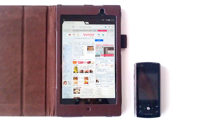 7インチのタブレットと、ガラケー(従来の携帯電話)を2台持ち