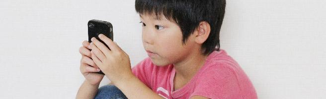76%の幼児がスマホやタブレットを使用!視力やコミュニケーションへの影響は大丈夫?