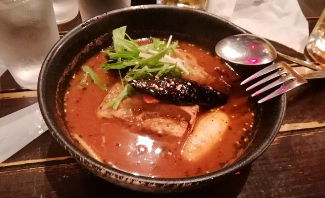 次は食べ物の写真です。 薄暗い中でスープカレーを撮影してみましたが、美味しそうですね
