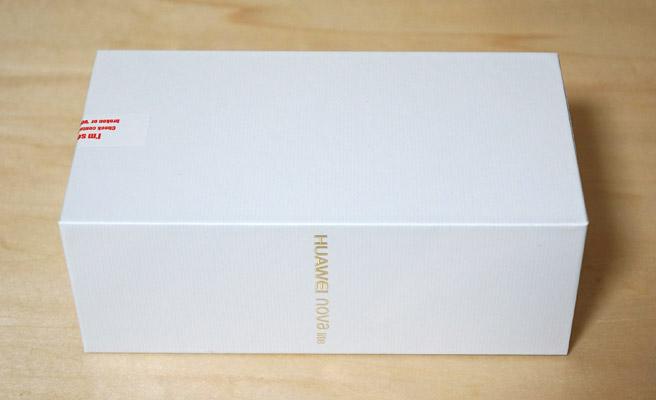 箱の側面に「HUAWEI nova lite」のロゴ