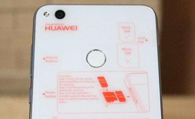 本体の背面には、指紋認証のスキャナー
