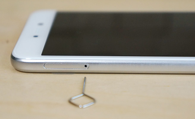 本体の電源ボタンとは反対の側面に(画面に向かって左側)穴