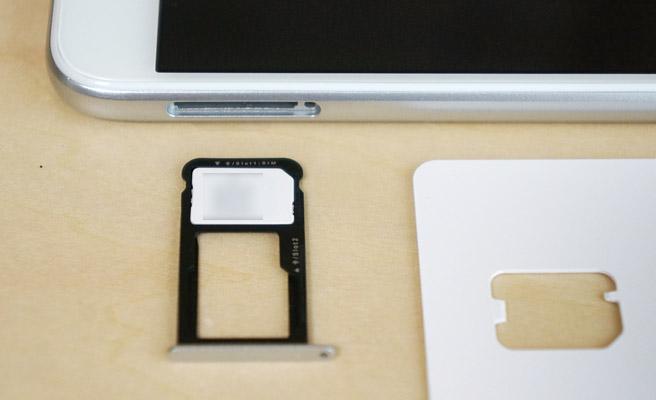 小さい穴の方に、楽天モバイルのSIMカードを乗せます