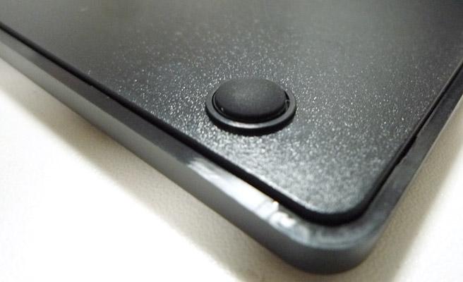 裏面の4隅には、ゴムがついており、入力していてもキーボードが滑らない