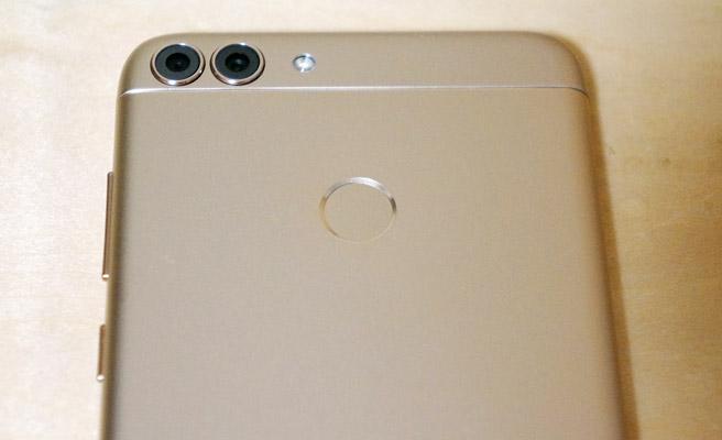スマホの背面には、デュアルカメラ(カメラが2個)とLEDライト、指紋センサー