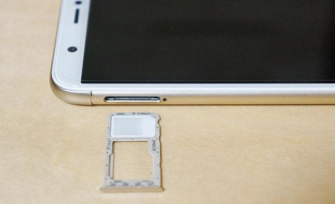 基本的には、奥側の穴にはnanoSIMを、手前の穴にはmicroSDカードをはめ込みます