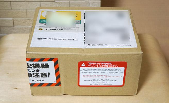 土曜日にはスマホ本体と音声SIMが届きました。手続きの速さに驚きです(^^; 梱包箱はとてもコンパクト
