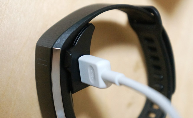 充電する際には、このように「HUAWEI Band 2 Pro」本体にコネクタを装着して充電