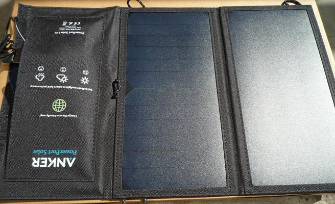 このように「Anker PowerPort Solar Lite」を広げて、スマホにケーブルを差し込みます。