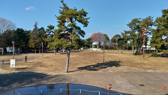 次は風景写真で、ズームや広角の性能を確かめてみたいと思います。 まずは良く晴れた日に、普通の100%で撮影した公園の写真になります