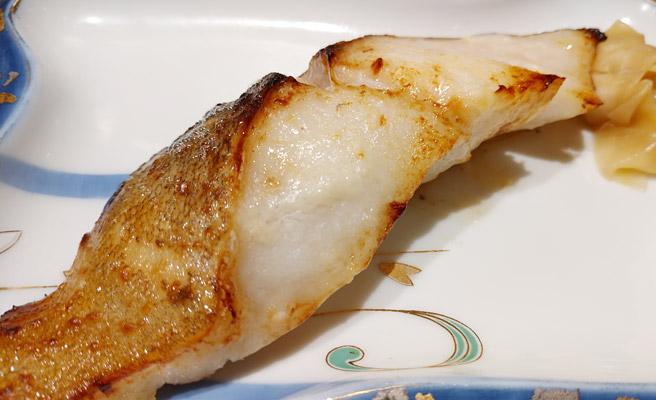 魚の焼き具合と、油のつやが細かく再現されていますね。 良いカメラで撮影された写真は補正もしやすいのですが、試しに補正をしてみると、このようにとても美味しそうな焼き魚が、簡単に再現されます