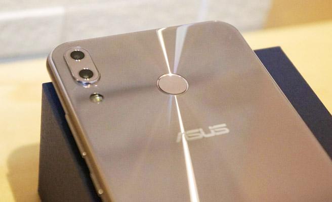 ASUS ZenFone 5の本体のカラーは、「スペースシルバー」と「シャイニーブラック」の2色で展開されています。今回購入したのはスペースシルバーになります。軽くて堅牢性の高い航空機材にも使用されるレベルのアルミニウム素材が使用されている本体は、しっかりとしていて高級感があります