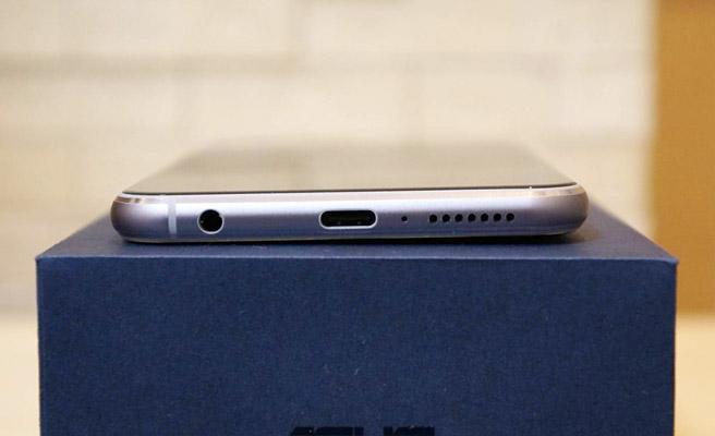 本体の底面には、スピーカー、USB Type-C、マイクロフォン/ヘッドフォン コンボジャック