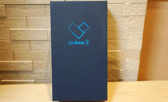 まずはこちらが「ASUS ZenFone 5」の化粧箱です。上品で、こ洒落た化粧箱ですね。
