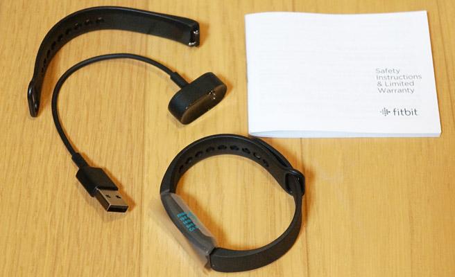 こちらが「Fitbit Inspire」の同梱物になります。 本体の他に充電用のケーブル、交換用バンド(L)、保証規定が入っていました。