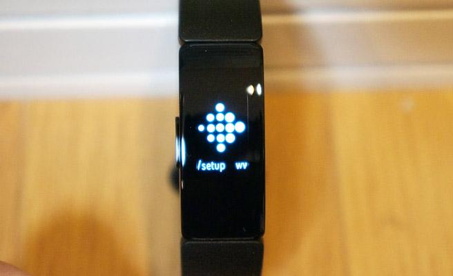 また「Fitbit Inspire」との接続が必要になりますので、ボタンを長押しして電源をONにしておきます。すると、こんな感じで「setup(初期設定)」を促す画面が表示されています。