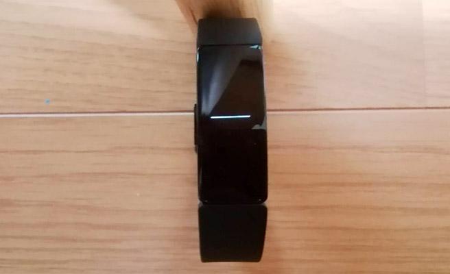 進行状況のグラフも全く動かず、途中で止まってしまった感じです。そうなると、fitbitには時計も表示されず、ボタンを押しても反応せず。。。