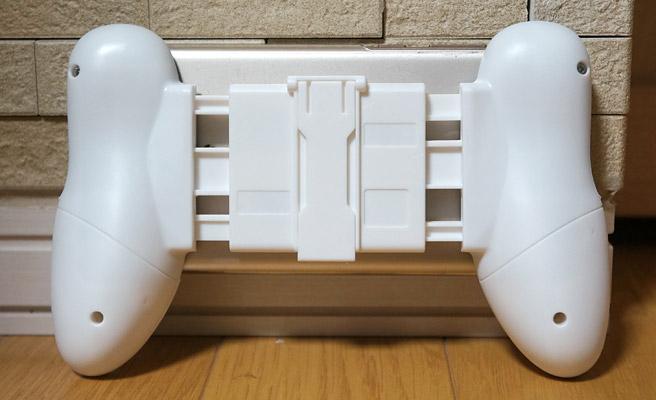 背面はこんな感じで、コントローラースタンドはスマホのサイズに合わせて伸びている状態になります。