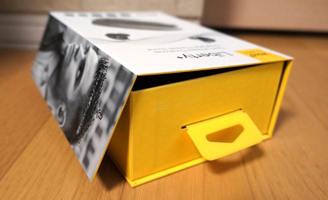 スライドさせて開けるのかと思いきや、まさかの箱の側面がマグネットでくっついていて、このように開きました(^^;