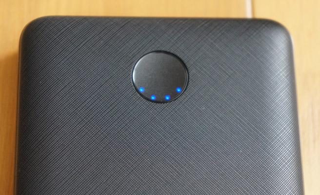本体のボタンを押すことでLEDランプが点灯し、バッテリーの残量の目安が表示されます。4個点灯で100%、3個点灯で75%、2個点灯で50%、1個点灯で25%が目安となります。