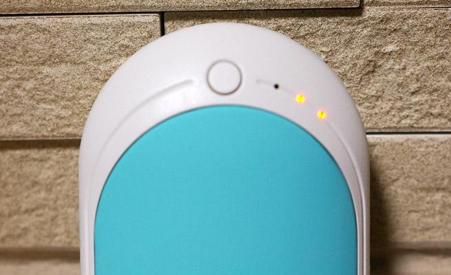 本体のボタンを長押し(2秒程度)をすることで電源が入り、赤いランプが点灯します(写真は中温モード)。電源を入れてから10秒ほどで本体が温かくなってきました。こんなに早く温かくなってくるのですね!