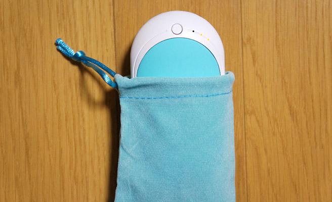 カイロのケースも付いているので、使う時はこのようにして入れることで、肌触りが良くなり、さらに本体を保護してくれます。