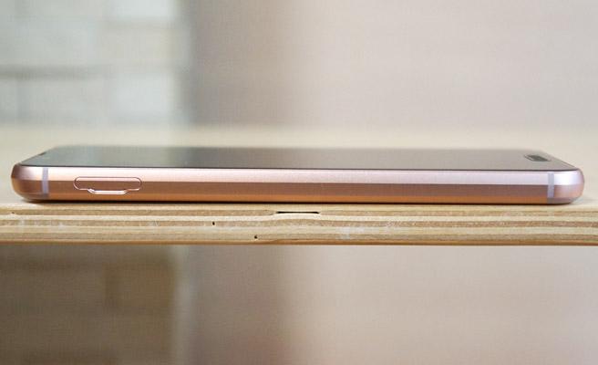 本体の左側面にはnanoSIMとmicroSDカードのスロットが配置されています。