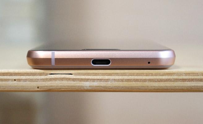 本体の底面には、マイクロフォン/ヘッドフォンとUSB Type-Cがあります。コンボジャックは上部に配置されています。また、防水の為か、スピーカーの穴は開いていません。