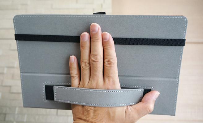 ハンドストラップが付いている為、ケースを開いた状態で片手で持つ際に、しっかりと支えることができるようになっています。大人には便利ですが、子どもだと10インチのタブレットだと少し重いかもしれませんね。