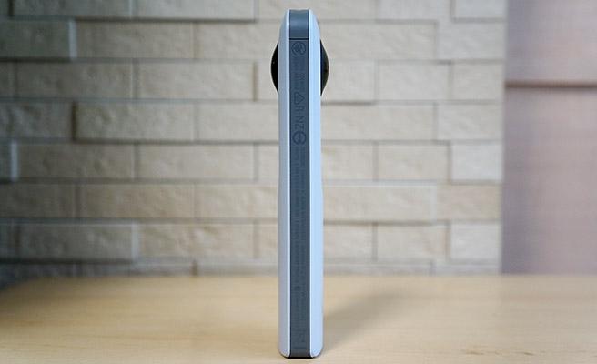 「RICOH THETA SC」は360度の映像が撮影できるように、本体の表と裏に2つの魚眼レンズがついています。