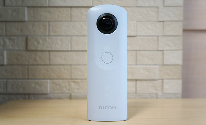 本体の表側には、シャッターボタンが配置されており、その下にはWi-Fiランプ、カメラ(静止画)ランプ、動画ランプがついています。
