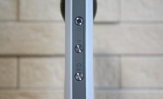 本体の側面には、上から電源ボタン、Wi-Fiボタン、撮影モード切り替えボタンが配置されており、撮影モード切り替えボタンを押すたびに、静止画と動画の撮影モードが切り替わります。