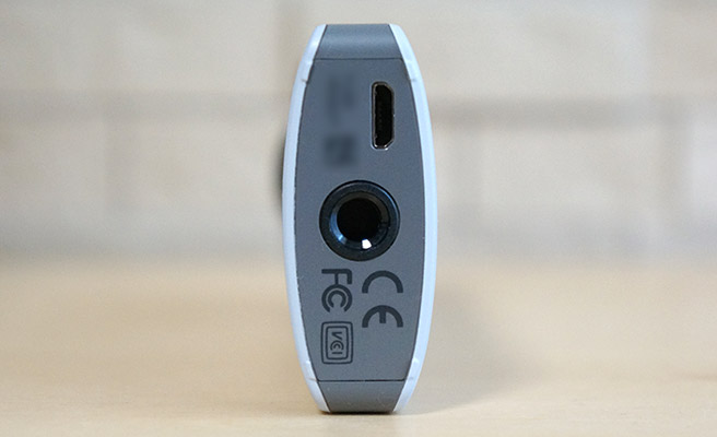 本体の底面には、Wi-Fiのパスワードと、三脚に取り付ける為の三脚穴が配置されています。
