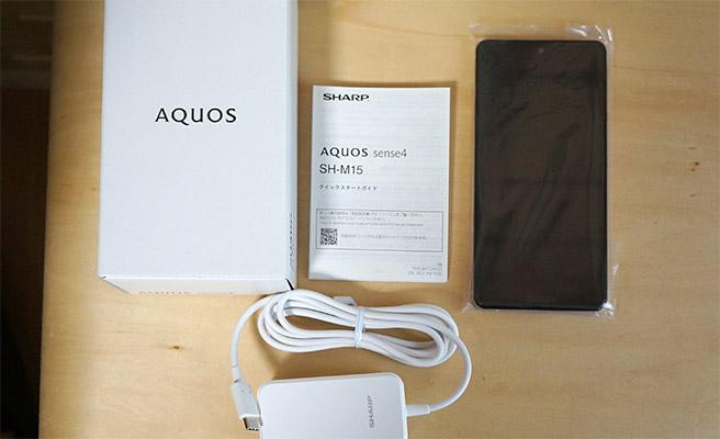 「SHARP AQUOS sense4」の同梱品はこちらになります。海外メーカーのスマホでは、クリアケースやイヤフォンが付属していることが多いのですが、「SHARP AQUOS sense4」にはどちらも付属していませんでした。