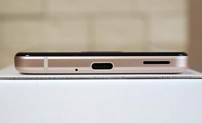 本体の底面には、USB type-C端子とスピーカーがあります。