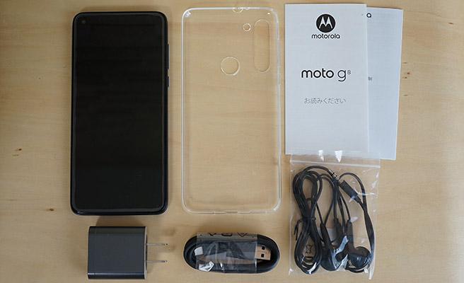 「モトローラ moto g8」の同梱品はこちらになります。海外メーカーのスマホということもあり、クリアケースやイヤフォンが付属しています。あとは、スマホ本体の他に「USB type-C ケーブル」「USBアダプタ」「クイックスタートガイド」が付属していました。
