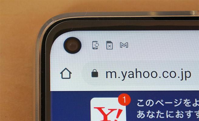 多くのスマホでは、画面の真ん中上部に配置されているインカメラが、「moto g8」では画面の左上に配置されています。