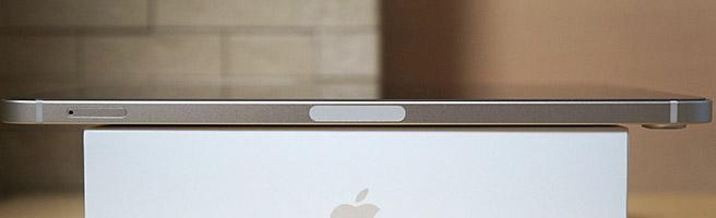 本体の左側面には何も配置されておらず、本体の右側面にはApple Pencil 第2世代を付けるマグネットとSIMスロット(Wi-Fi + Cellularモデル)があります。