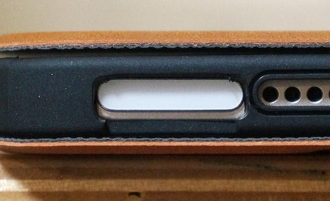 そして、ここでも少々残念な部分が。。。 電源ボタンは、一応押せたり、指紋認証も出来るようになっているのですが、若干穴の位置がずれていて、電源ボタンに少し重なってしまっています。