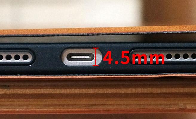 さらに、USB Type-C端子部分の穴は、付属していた純正のケーブルの薄さに合わせて作られているようです。横幅は十分にあるのですが、穴の縦幅が4.5 mm程度しかない為、市販のUSB Type-Cケーブルだと、奥まで刺さらない可能性があります。